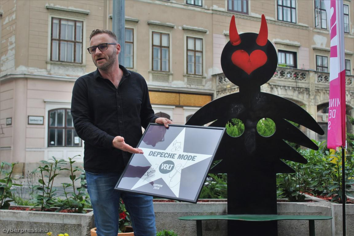 Felavatták a DEPECHE MODE soproni szoborszékét (képek